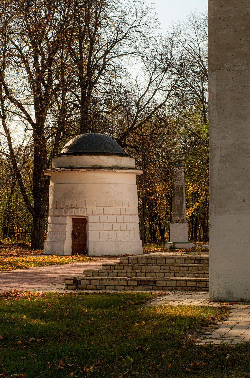 Будівля при вході до церкви садиби Качанівка